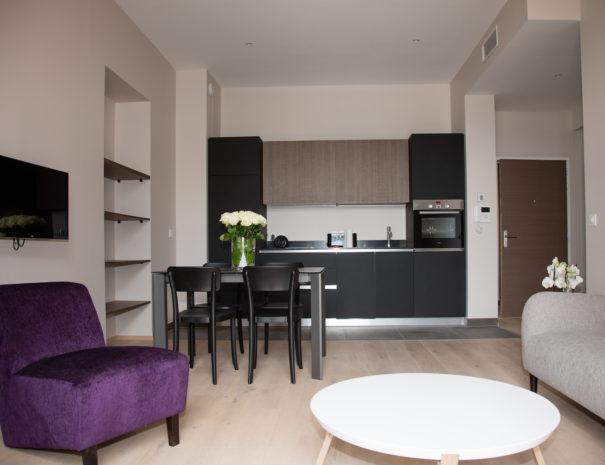 Un confortable salon ouvert sur le jardin à la française